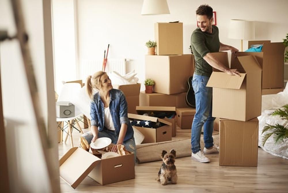 Alle spullen uit de woonkamer verhuizen: zo pak je dat aan!