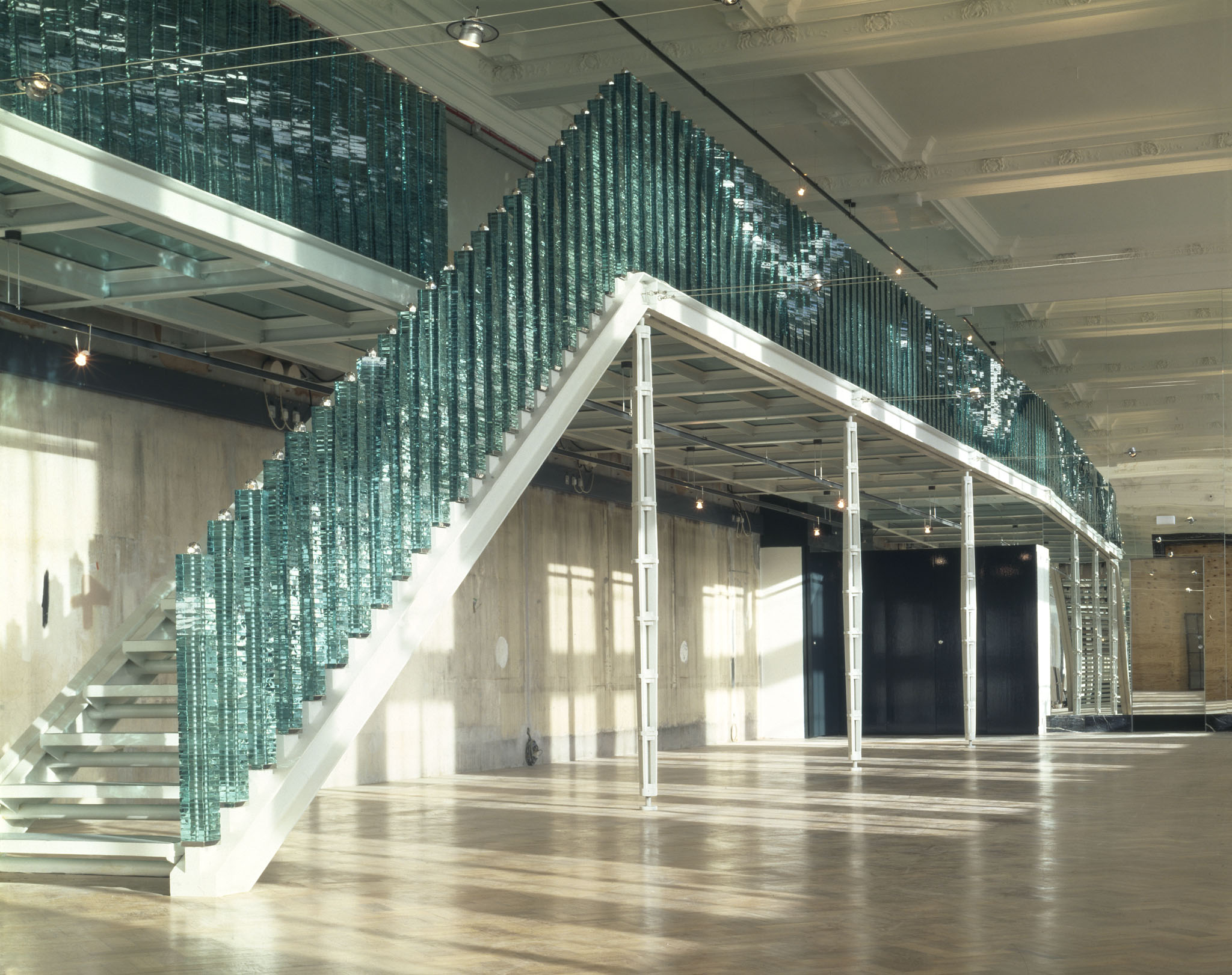 Focus op modern design met een glazen balustrade